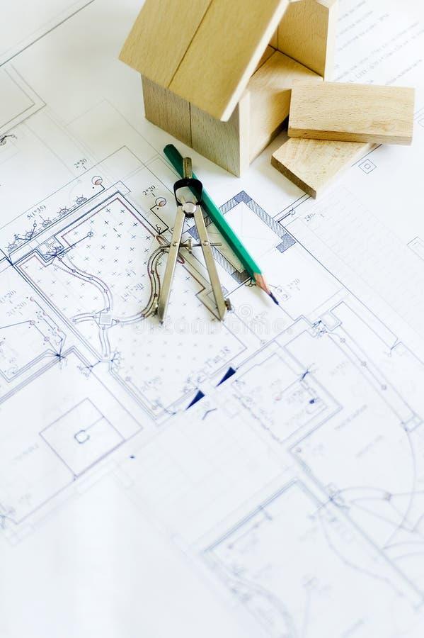 Modelo de madera de la casa y de modelos imagenes de archivo