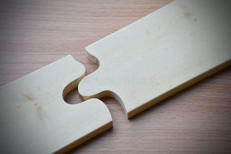 modelo de madera de la textura del pedazo del rompecabezas en la parte posterior de madera del escritorio de madera de la tabla foto de archivo