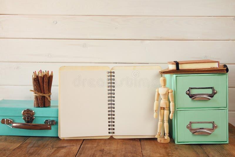 modelo de madera del dibujo, lápices coloridos y cuaderno abierto fotografía de archivo libre de regalías
