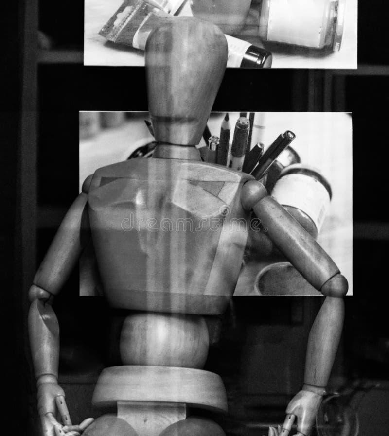 Modelo de madera que se inclina contra imágenes de lápices y de colores en taller de pintura imágenes de archivo libres de regalías