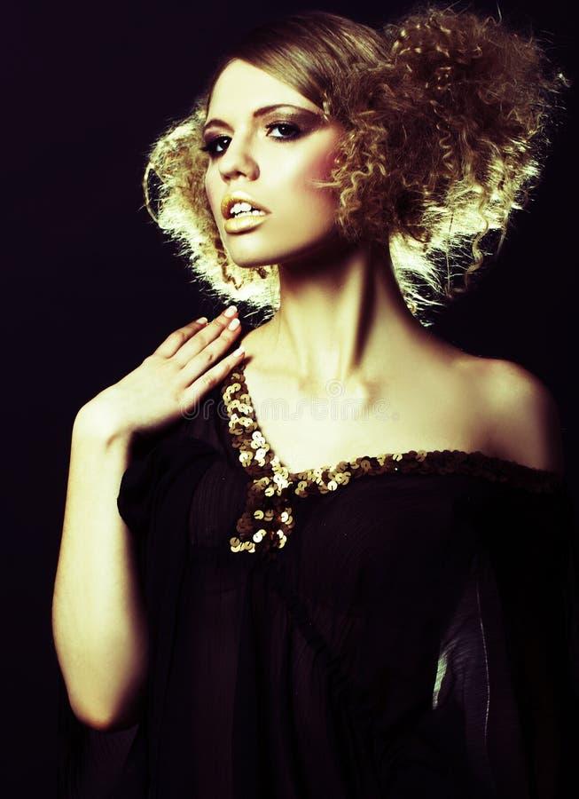 Modelo de manera con el pelo rizado en túnica negra fotos de archivo libres de regalías