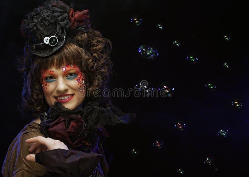 Modelo de manera con las burbujas de jabón del maquillaje que soplan creativo fotografía de archivo libre de regalías