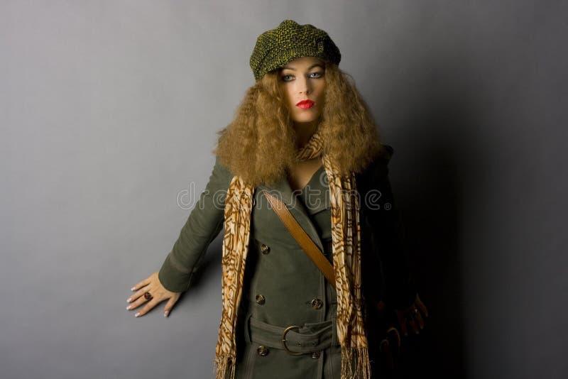 Modelo de manera en ropa del otoño/del invierno fotografía de archivo
