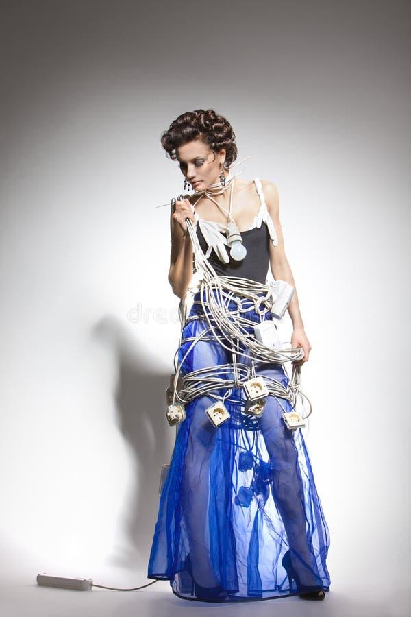Modelo de manera en un traje inusual de los alambres fotografía de archivo libre de regalías