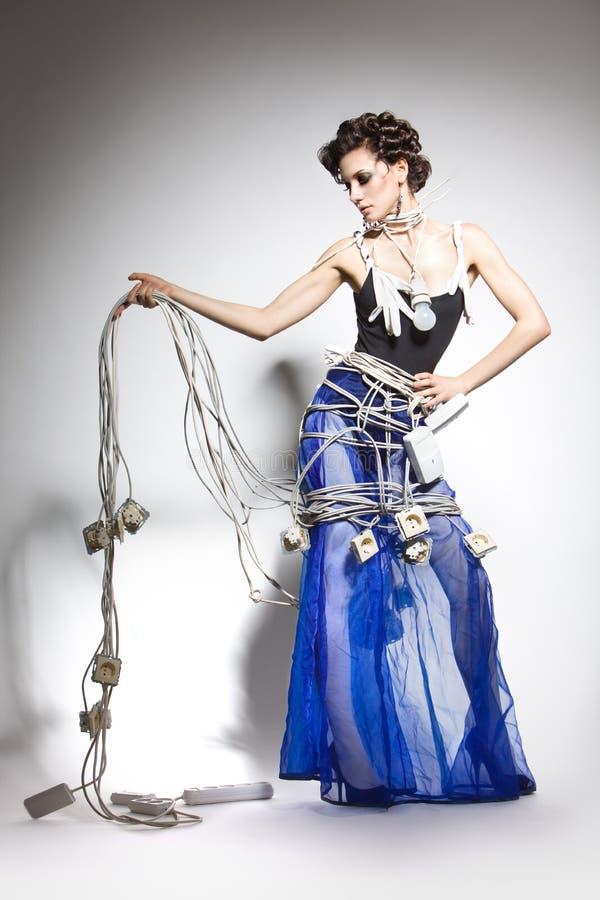 Modelo de manera en un traje inusual de los alambres imagen de archivo