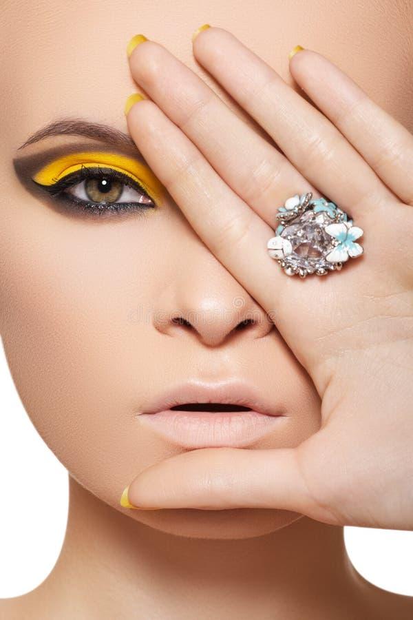 Modelo de manera, joyería de lujo del encanto y maquillaje imagen de archivo libre de regalías