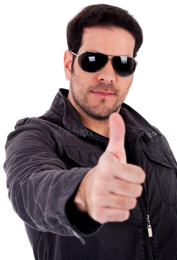 Modelo de manera que muestra las gafas de sol que desgastan del thumbsup imagen de archivo libre de regalías