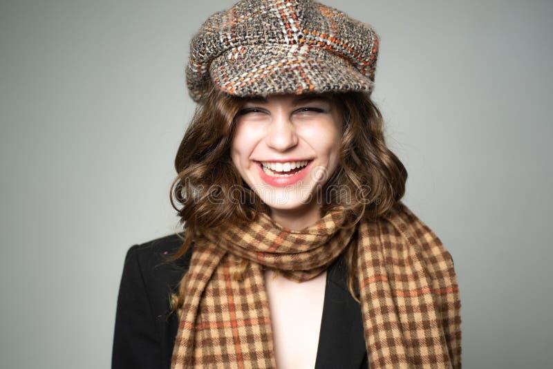 Modelo de manera retro muchacha adolescente en ropa retra estilo ingl?s del vintage Mirada francesa moda del paso del jazz Partid imagen de archivo libre de regalías