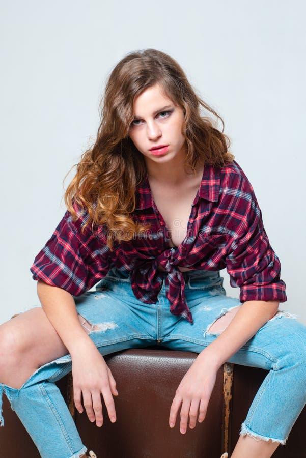 Modelo de manera retro muchacha adolescente en ropa retra Estilo de la vendimia mirada del dril de algodón Manera del pelo viaje  imagen de archivo
