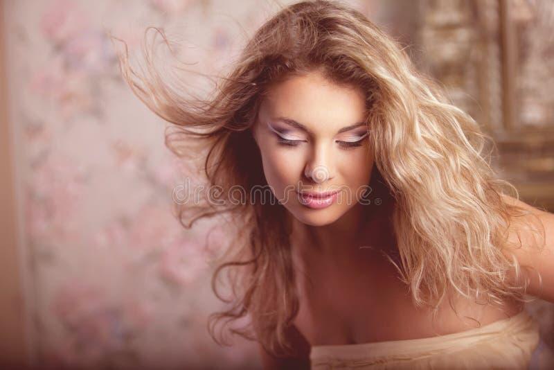 Modelo de manera romántico de lujo de la muchacha imagen de archivo