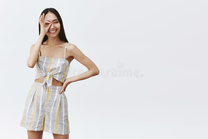 Modelo de medios social de moda despreocupado apuesto en hacer juego el equipo, mostrando gesto de la autorización o de la autori fotos de archivo libres de regalías