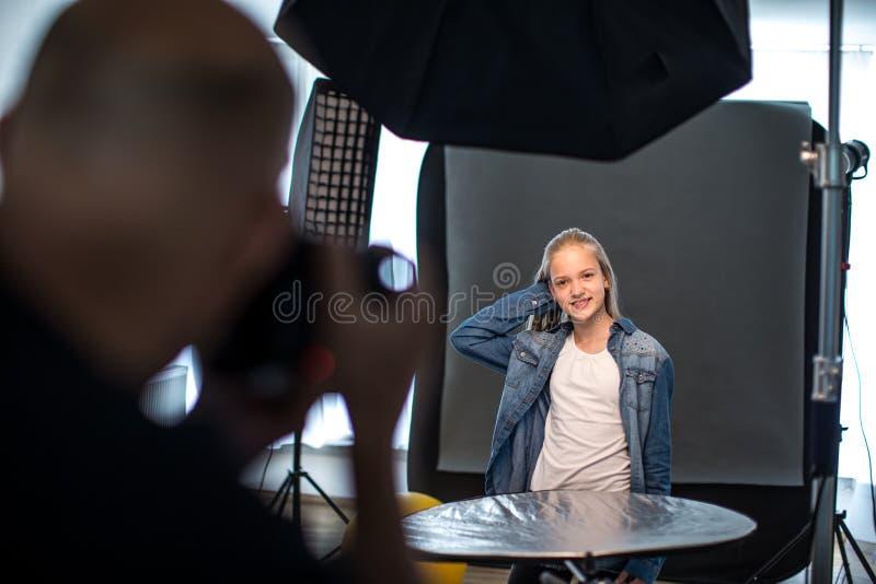 Modelo de moda adolescente que es tirado por un fotógrafo fotografía de archivo libre de regalías