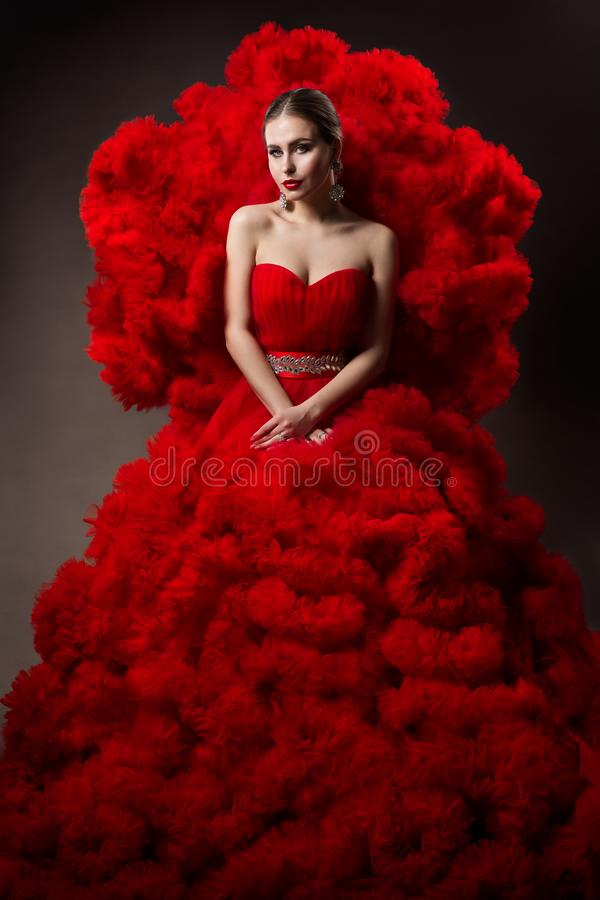 Modelo de moda Arte Vermelha Vestido, Retrato de Bela Mulher, Bela Rainha no Palhaço de Ondas fotos de stock