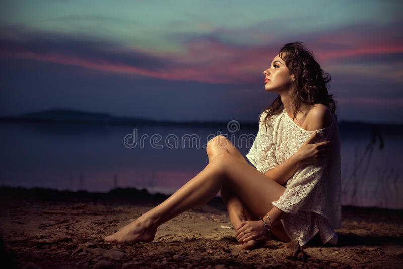 Modelo de moda atractivo joven hermoso por el mar imagenes de archivo