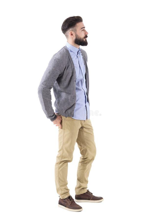 Modelo de moda barbudo hermoso fresco en la presentación de la ropa de sport Vista lateral fotografía de archivo