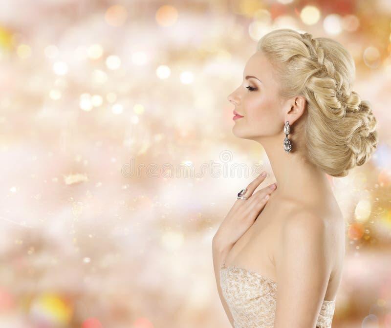 Modelo de moda Beauty Portrait, joyería de la mujer elegante, muchacha hermosa que huele cosmética fotografía de archivo libre de regalías
