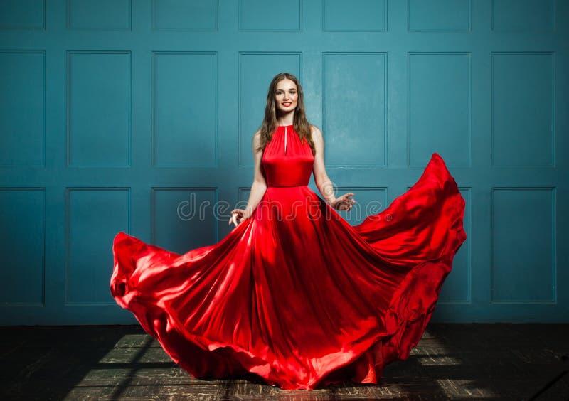 Modelo de moda bonito de la mujer foto de archivo libre de regalías