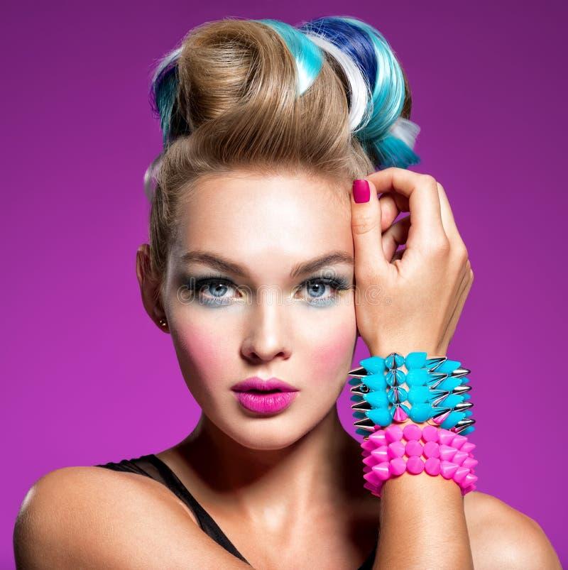 Modelo de moda con maquillaje brillante y el peinado creativo imagen de archivo