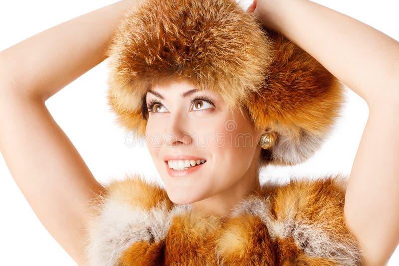 Modelo de moda con sombrero de piel de zorro, retrato de mujer feliz con ropa de invierno fotos de archivo libres de regalías