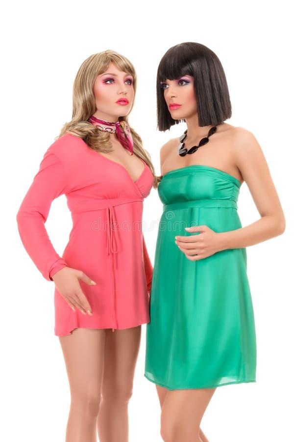 Modelo de moda de dos jóvenes que presenta como imagen de archivo