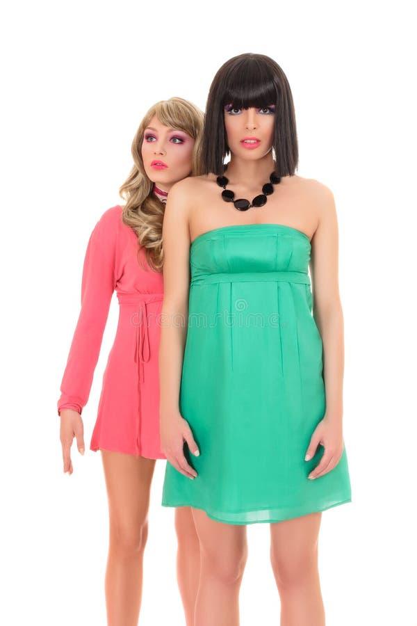 Modelo de moda de dos jóvenes que presenta como foto de archivo