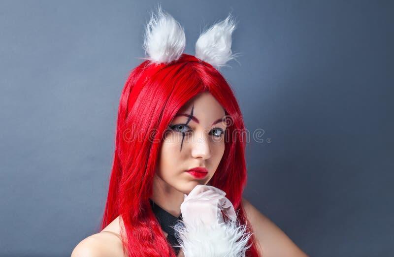 Modelo de moda de la belleza Girl con la peluca roja imagen de archivo libre de regalías