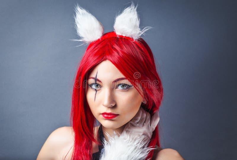 Modelo de moda de la belleza Girl con la peluca roja foto de archivo