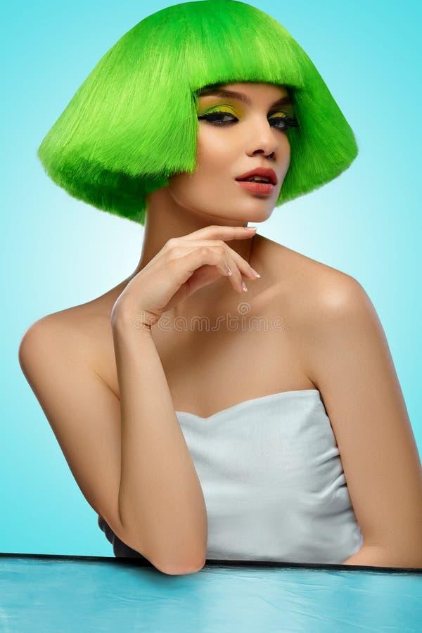 Modelo de moda de la belleza Mujer con el pelo y el maquillaje De alta calidad imagenes de archivo