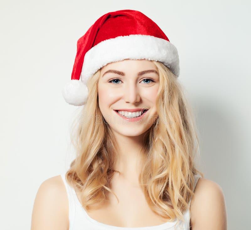Modelo de moda de la mujer de la Navidad en Santa Hat fotos de archivo libres de regalías