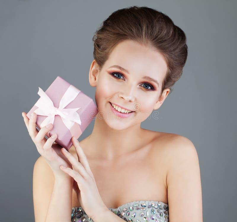 Modelo de moda de risa de la mujer con maquillaje fotos de archivo