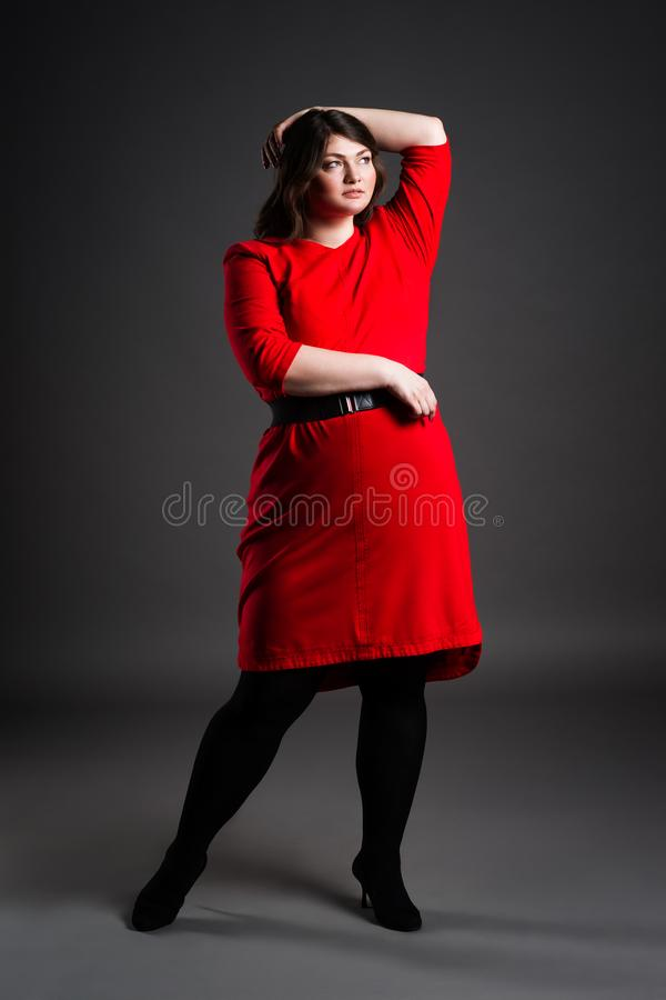 Modelo De Moda Del Tamaño Extra Grande En El Vestido Rojo, Mujer ...
