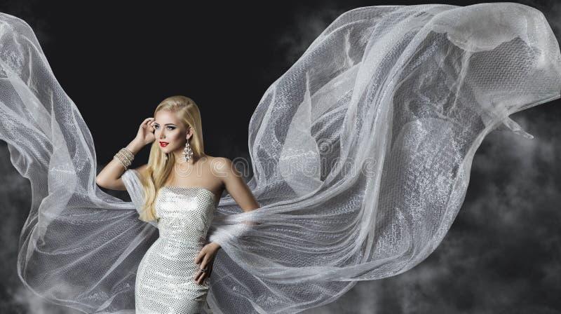 Modelo de moda Dress, alas del paño de la mujer que fluyen, muchacha que vuela fotografía de archivo libre de regalías