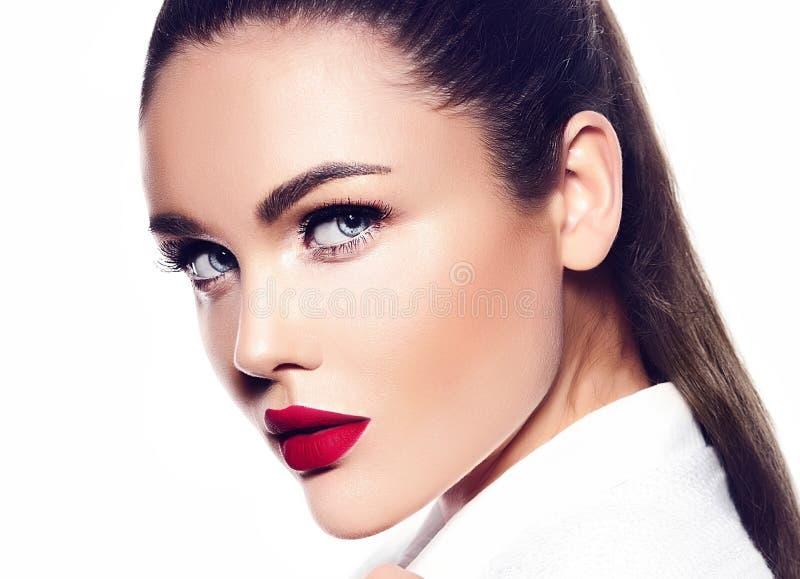 Modelo de moda elegante atractivo en la capa blanca con los labios rojos imágenes de archivo libres de regalías