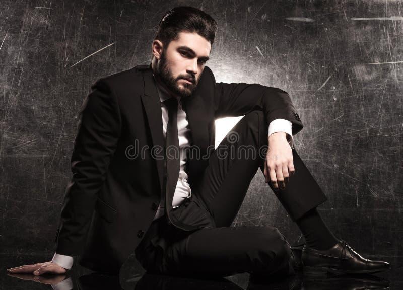 Modelo de moda elegante en la reclinación del traje y del lazo fotos de archivo