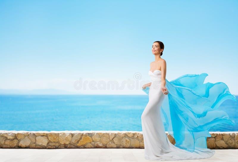 Modelo de moda en el vestido del verano, mujer elegante en vestido blanco largo imagen de archivo