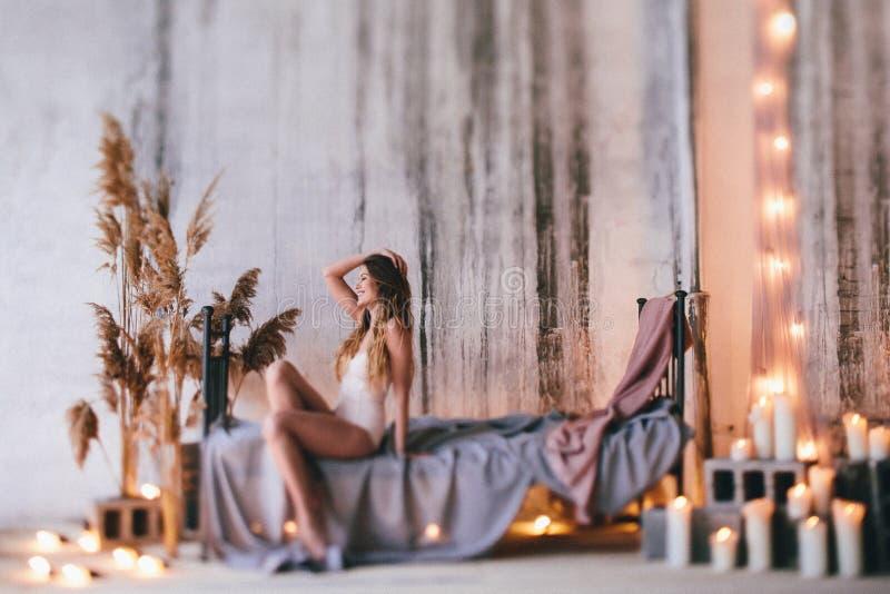 Modelo de moda en un vestido que fluye beige hermoso fotografía de archivo libre de regalías