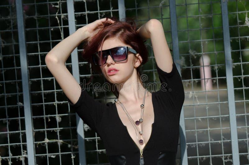 Modelo de moda femenino joven con el pelo rojo y el escote agradable imagen de archivo