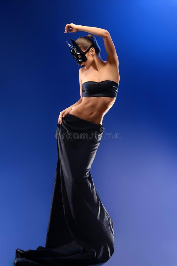 Modelo de moda femenino magnífico que lleva la falda negra superior y larga foto de archivo libre de regalías