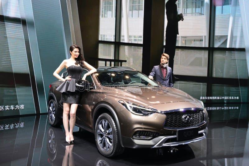 Modelo de moda femenino y masculino en Infiniti QX30 SUV foto de archivo libre de regalías