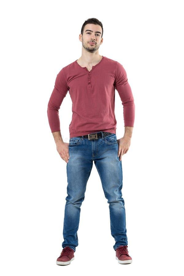 Modelo de moda fresco hermoso del hombre que mira la cámara con las manos en la cintura imagen de archivo libre de regalías