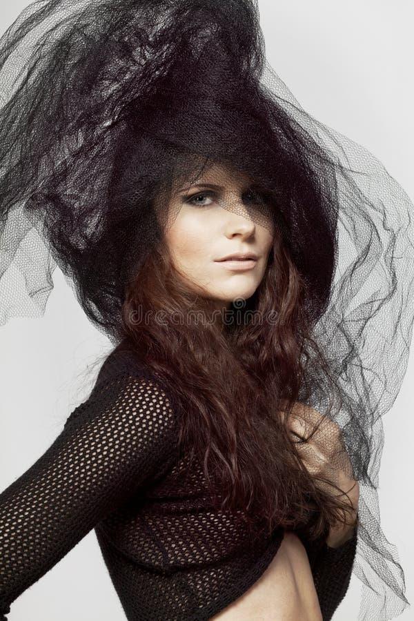 Modelo de moda hermoso con el pelo oscuro. fotos de archivo