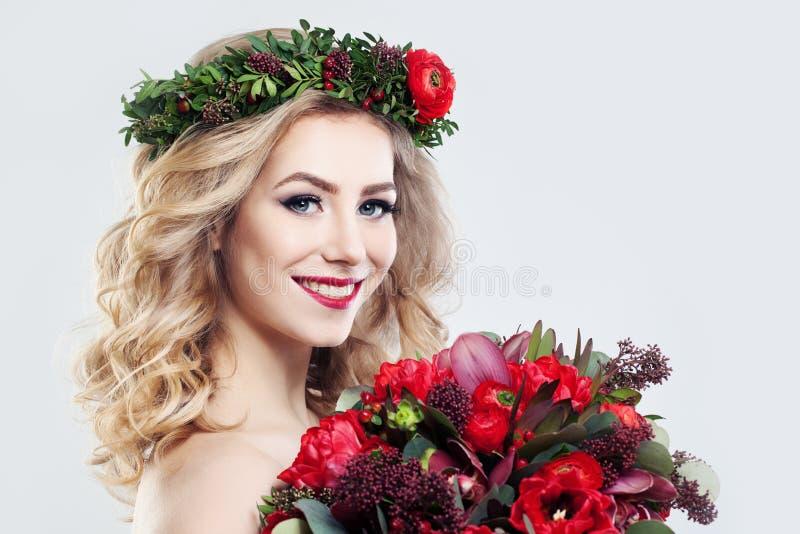 Modelo de moda hermoso de la mujer con las flores fotos de archivo libres de regalías