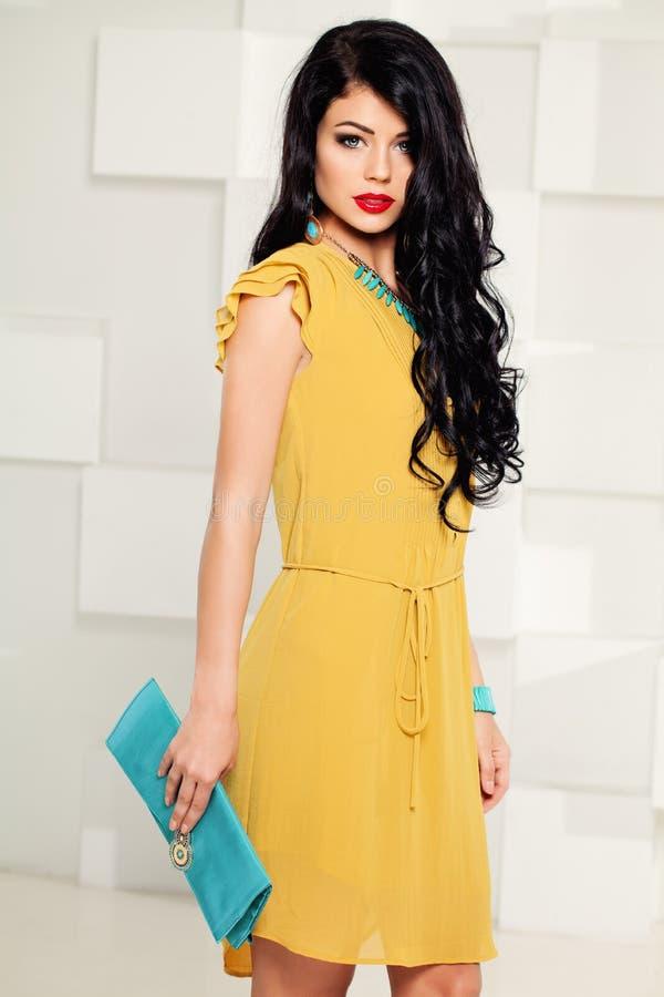 Modelo de moda hermoso Girl con el pelo oscuro rizado fotografía de archivo