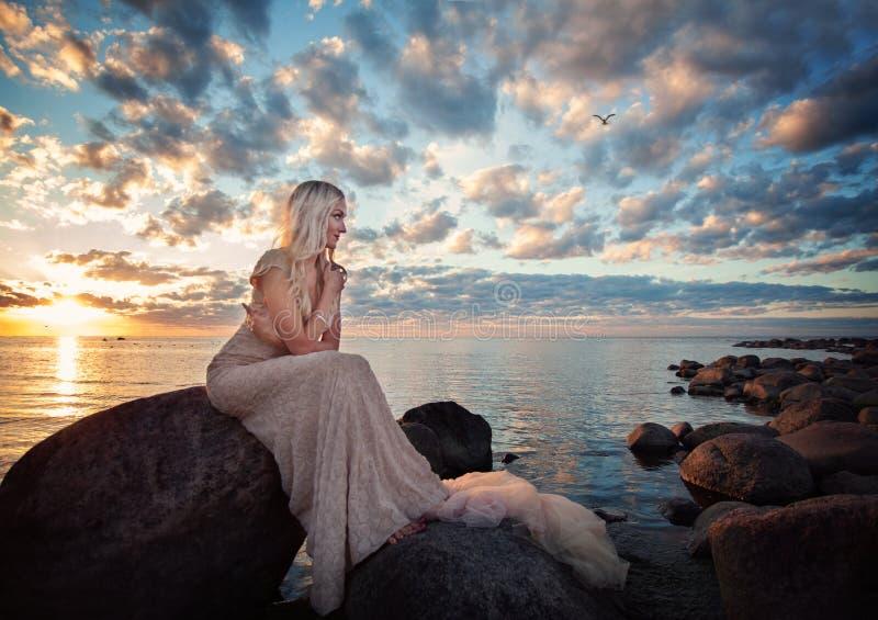 Modelo de moda hermoso de la mujer en el mar fotografía de archivo libre de regalías