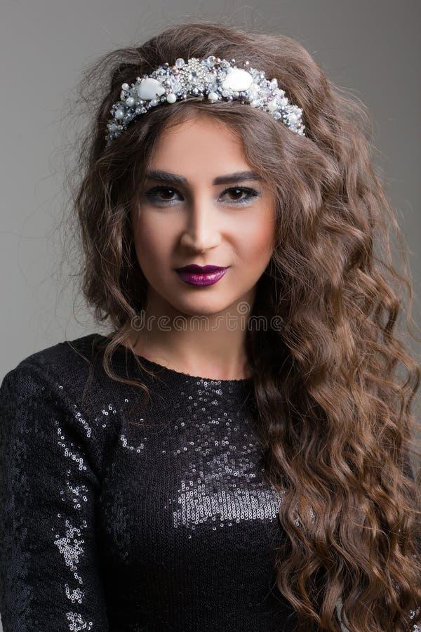 Modelo de moda hermoso que presenta en vestido de noche fotografía de archivo libre de regalías