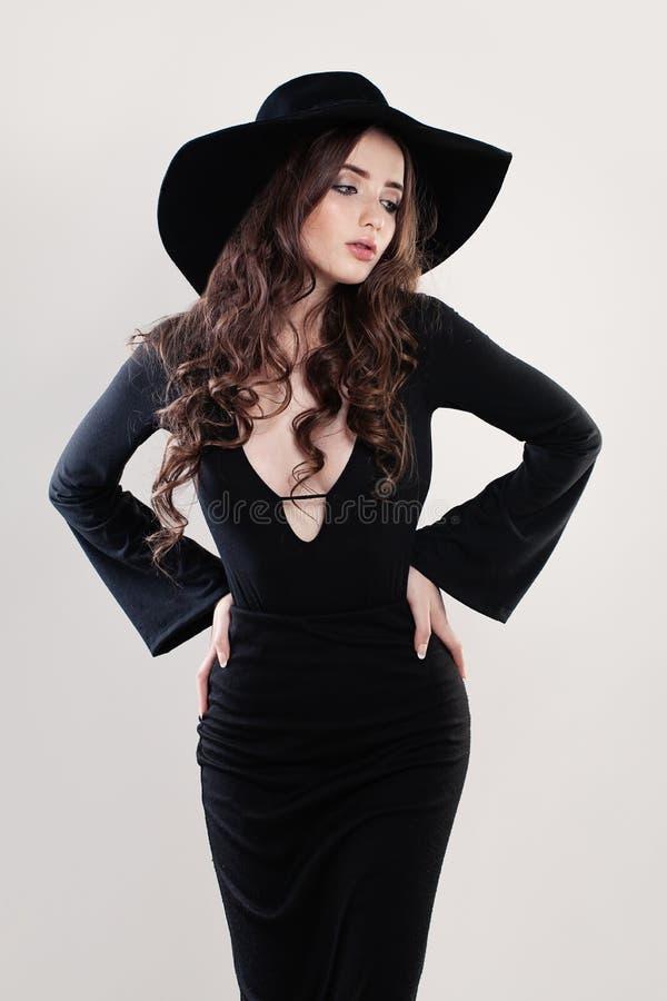 Modelo de moda hermoso Woman en un sombrero negro fotografía de archivo