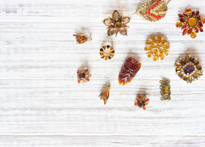 Modelo de moda Jewelry Fondo de la joyería del vintage Broche y pendientes brillantes hermosos del diamante artificial en la made fotos de archivo