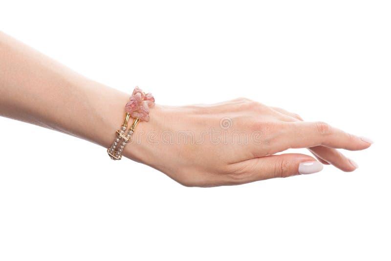 Modelo de moda Jewelry Mano en pulsera de la joyería con las perlas y el ópalo aislados en el fondo blanco fotos de archivo