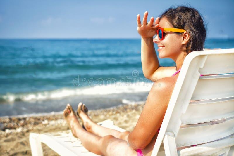 Modelo de moda de la belleza en la playa del centro turístico Mujer joven en la playa del mar Vacaciones de verano en la playa tr foto de archivo libre de regalías