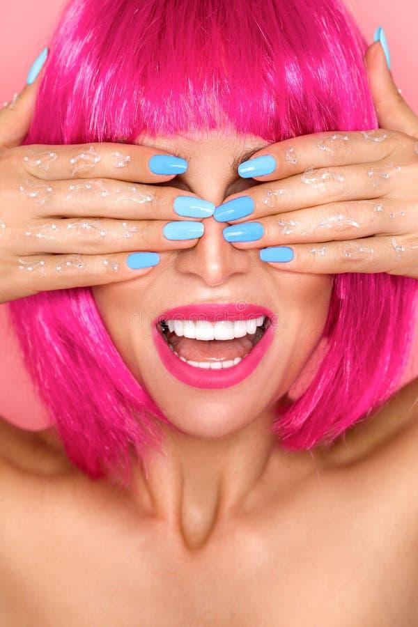 Modelo de moda de la belleza Woman con el pelo te?ido colorido y los dientes blancos Muchacha con maquillaje y el peinado perfect imagen de archivo